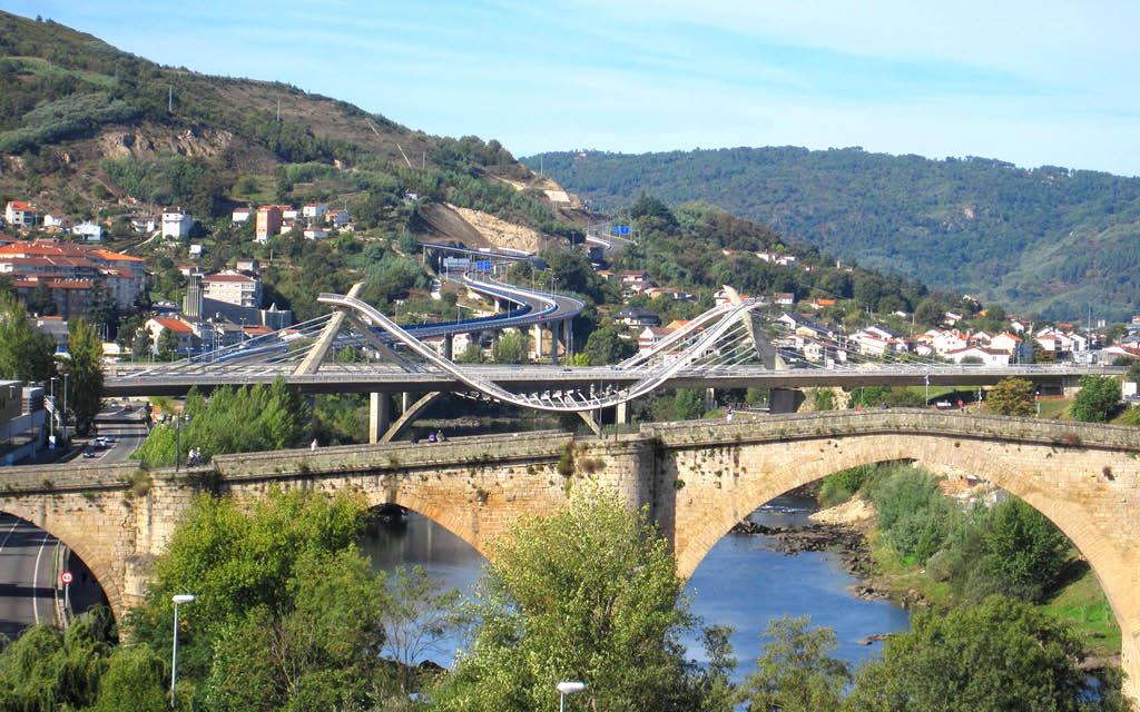 Cruzar el Puente Romano y el Puente del Milenio es una de las cosas que hacer en Ourense.