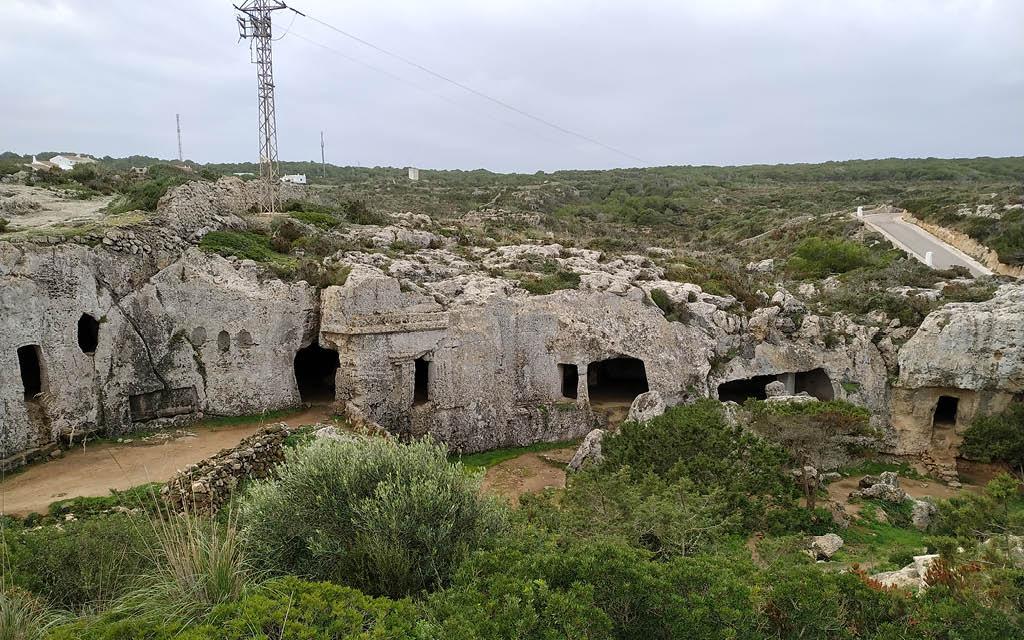 La Necrópolis de Cala Morell es uno de los atractivos turísticos de Menorca.