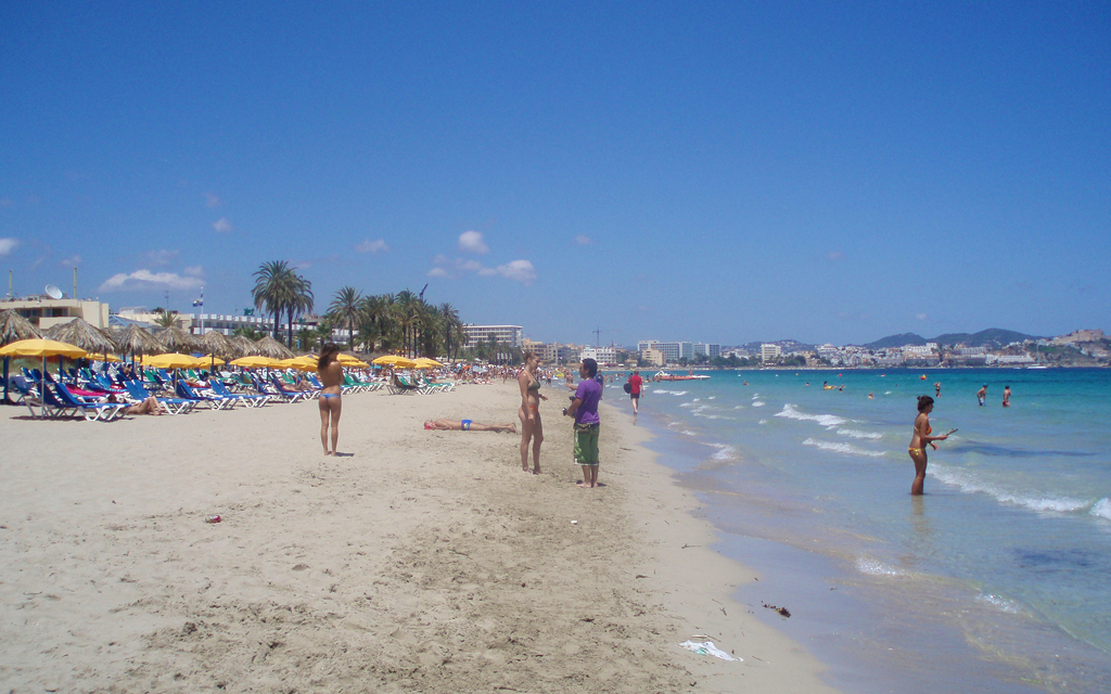 Playa d'en Bossa es una de las más famosas de Ibiza.