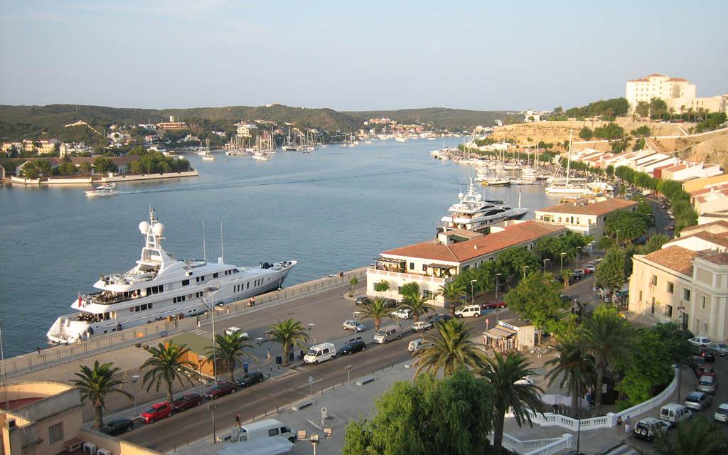 El Puerto de Mahón, en Menorca, es uno de los puertos naturales más protegidos del mundo.