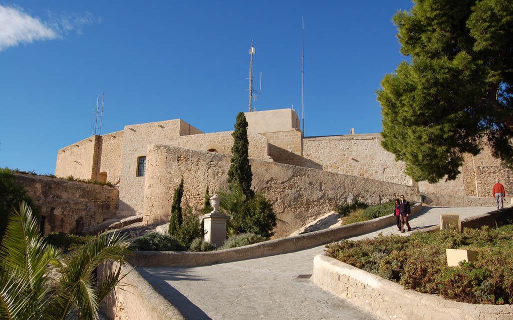 El Castillo de Santa Bárbara es uno de los sitios imprescindibles de Alicante ciudad