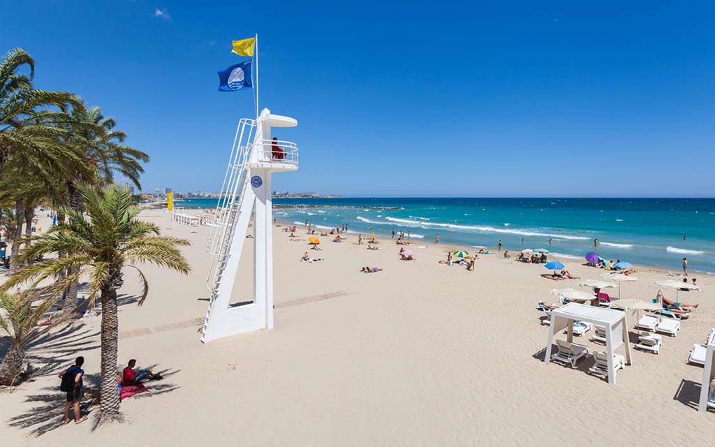 Playa El Postiguet es una de las cosas recomendadas que ver en Alicante ciudad