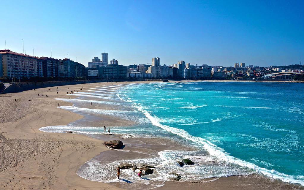 Pasear por la Playa de Riazor es una de las mejores cosas que hacer gratis en A Coruña