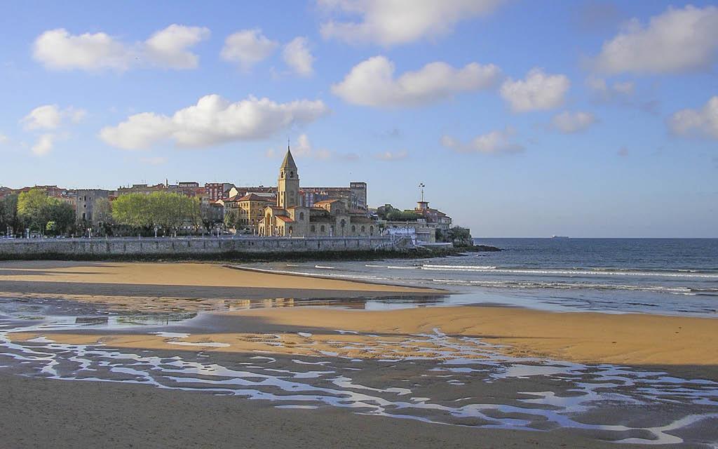 La Playa de San Lorenzo en Gijón es ideal para adolescentes