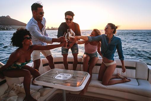 Pasear en barco es una de las cosas que hacer en Málaga para jóvenes más recomendadas